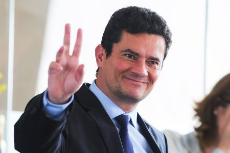 Brazilian Judge Sergio Moro, who was appointed by Brazilian President-elect Jair Bolsonaro as Justice Minister, waves after lunch at the transitional government's headquarters in Brasilia on November 8, 2018. (Photo by Sergio LIMA / AFP)