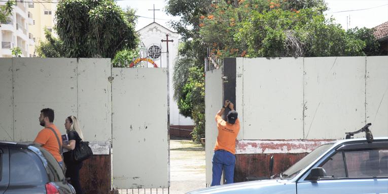 Funcionário da Ergplan instalando os tapumes